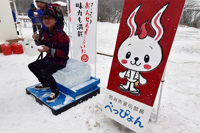 鶴見岳大寒がまん大会 氷の椅子