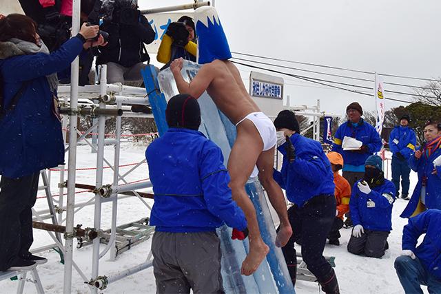 鶴見岳大寒がまん大会 氷柱しがみ付き競争